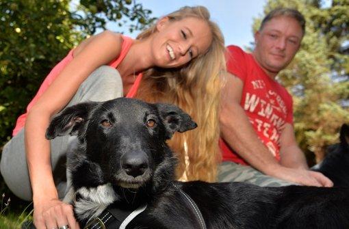 Wieder glücklich vereint: Flecki und seine Besitzer Lisa M. und Sven H. Foto: dpa