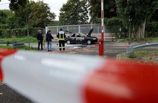Polizisten sichern am ausgebrannten Auto  Florian Heiligs Spuren. Der Neonazi-Aussteiger hatte sich im September 2013 in Stuttgart das Leben genommen. Foto: 7aktuell.de/Eyb