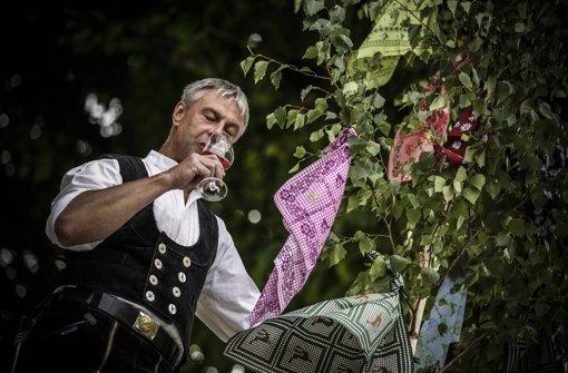 Beim Richtfest zum 37. Stuttgarter Weindorf nimmt Zimmermann Tino Pietrobelli den ersten Schluck Rebensaft. Klicken Sie sich durch unser Weindorf-ABC. Foto: Leif Piechowski