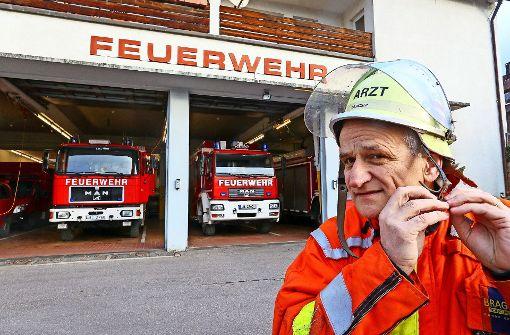 schmutziger Feuerwehrmann heben Linien auf