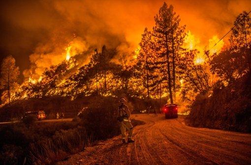Feuer und Flut richten Zerstörung an