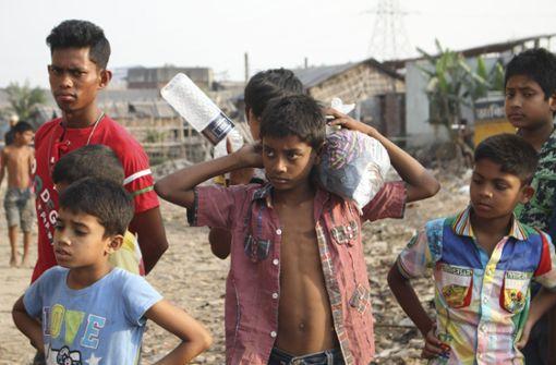 """Der Film """"Ridoy – Kinderarbeit für Fußballschuhe"""" zeigt aus der Perspektive eines Zwölfjährigen, der in Bangladesch lebt, wie dort Leder hergestellt wird. Der Film läuft am Samstag im Central-Kino um 13 Uhr. Foto: Naturvision"""