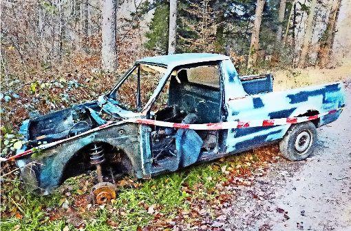 Unbekannte entsorgen Autowrack im Wald