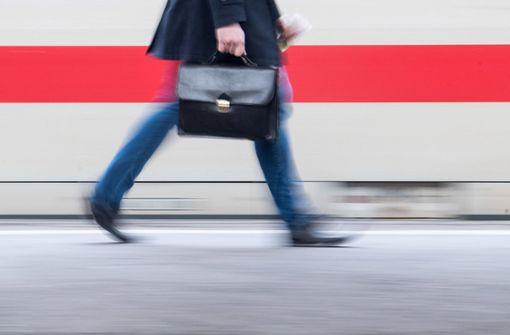 Von Mai an können Fahrgäste der Deutschen Bahn mit der Ticket-App ihre Karten selbst entwerten. (Symbolfoto) Foto: dpa