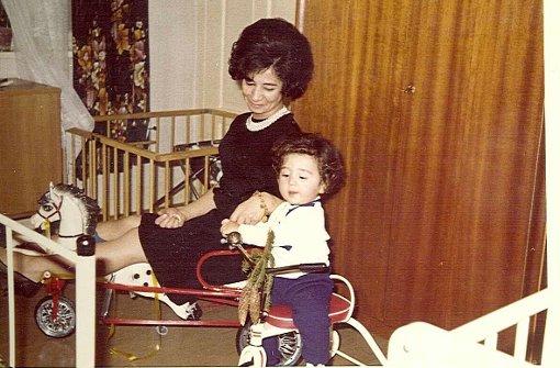 ... in seine Kindheit. Cem Özdemir wurde im Jahr 1965 in Bad Urach geboren, wo sich seine Eltern Nihal und Abdullah in den frühen 1960er Jahren kennenlernten. Seine Mutter stammt aus Istanbul, sein Vater aus Kaledere, das etwa 200 Kilometer östlich von Ankara liegt. Auf diesem Foto spielt der kleine Cem Ende der 1960er Jahre mit seiner Mutter im Kinderzimmer in Bad Urach. Nihal Özdemir arbeitete damals in einer Papierfabrik, bevor sie eine Änderungsschneiderei eröffnete, in der die zwischenzeitlich 78-Jährige noch heute Kleidungsstücke näht. Ihr Mann verdiente ...br Foto: Cem Özdemir