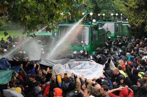 Wasserstöße gegen S-21-Gegner im Stuttgarter Schlossgarten – jetzt geht es um Schmerzensgeld. Foto: dpa
