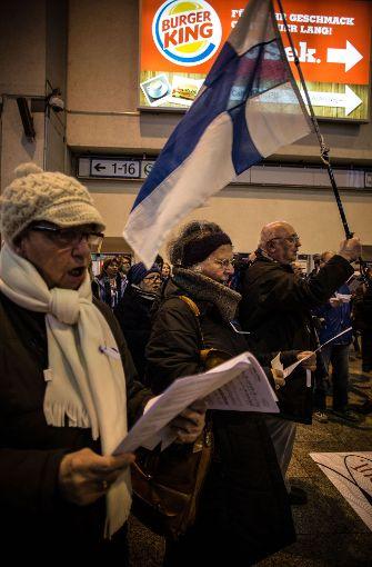 Flashmob in Stuttgart: Finnen singen im Stuttgarter Hauptbahnhof ihre Nationalhymne. Foto: Lichtgut/Leif Piechowski