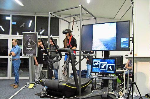 Die VR-Brillen sind eindeutig im Trend. In Kombination mit einem Laufband können Videospiele so durchaus das Fitnessstudio ersetzen. Foto: Jacqueline Fritsch