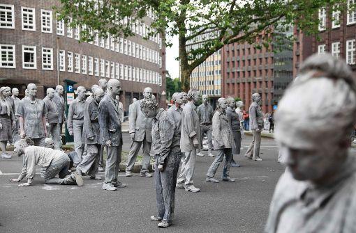 """Mit der Performance """"1000 Gestalten"""" demonstriert ein Künstlerkollektiv gegen den G20-Gipfel. Foto: AFP"""