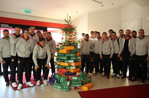 Die VfB-Spieler nehmen an der Weihnachtsaktion der Daimler AG teil.  Foto: VfB Stuttgart