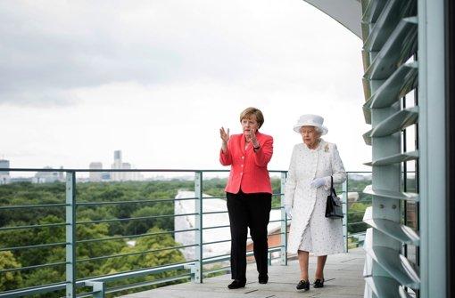 Kanzlerin führt die Queen durch ihr Reich