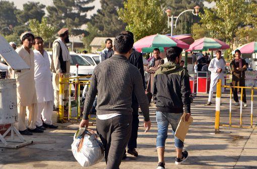 Erste Schritte in der alten Heimat: Ein Afghane, der aus Deutschland als Straftäter abgeschoben wurde, nach seiner Ankunft in Kabul. Foto: dpa