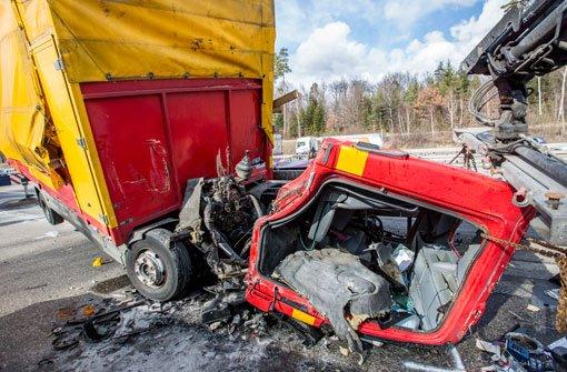 Der Fahrer eines Lastwagens krachte am Montag auf der Autobahn am Kreuz Stuttgart auf die Mittelleitplanke. Die Bilanz: rund 60.000 Euro Schaden.  Foto: 7aktuell.de