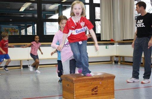 Erstklässler der Schönbuchschule in Leinfelden haben viel Spaß beim Sport unter der Leitung von Markus Portisch –  einem ehemaligen Profiturner. Foto: Natalie Kanter