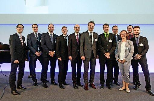 Viele Wissenschaftler wurden mit dem Innovationspreis ausgezeichnet, darunter eine Projektgruppe, die sich mit Reibungsminderung von Oberflächen durch Laser befasst; sie erhielt einen zweiten Preis. Foto: factum/Bach