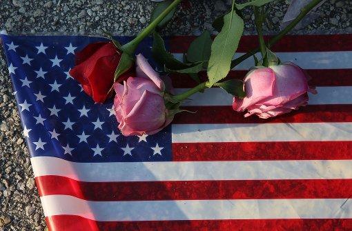 Trauernde haben am Tatort in Orlando auf einer US-Flagge Rosen abgelegt. Foto: GETTY