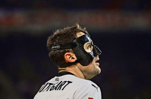 Der Mann mit der Maske blickt zuversichtlich in die Rückrunde: VfB-Kapitän Christian Gentner Foto: Baumann