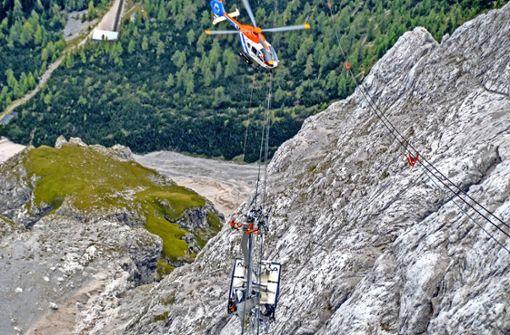 Fachleute inspizieren vom  Helikopter aus die Schäden. Foto: Bayerische Zugspitzbahn Bergbahn AG