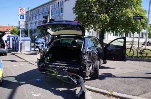 Mercedes-Fahrer beachtet Rotlicht nicht