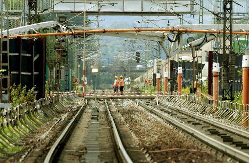 Die BahnAG stabilisiert dieser Tage den Schienenuntergrund bei Rastatt. Foto: dpa