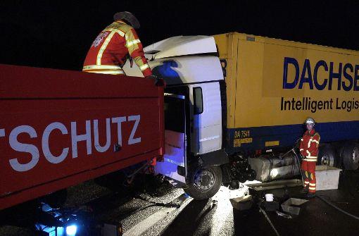 Ein Lkw-Fahrer war in die Leiplanke gekracht, ... Foto: 7aktuell.de/Alexander Hald