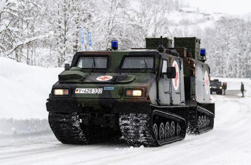 Teilweise musste die Bundeswehr mit Kettenfahrzeugen ausrücken, um eingeschneite Gemeinden und Orte zu versorgen. Foto: dpa