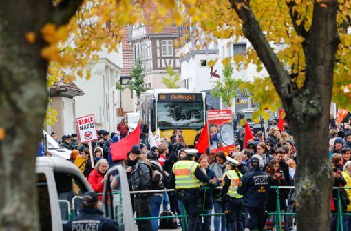 Demonstrant attackiert Polizistin mit Fahne