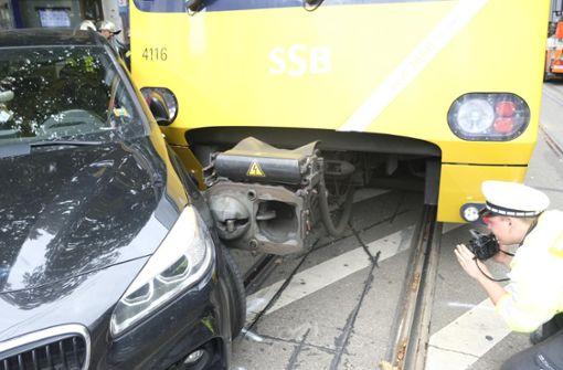 Im Stuttgarter Stadtteil Bad Cannstatt sind eine Straßenbahn der Linie U2 und ein Auto zusammengestoßen.  Foto: 7aktuell.de/Frank Herlinger