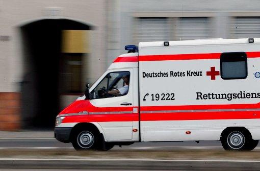 Mit dem Krankenwagen musste ein Rentner in Göppingen in die Klinik gebracht werden, der Opfer eines Überfalls geworden ist. Foto: achim zweygarth