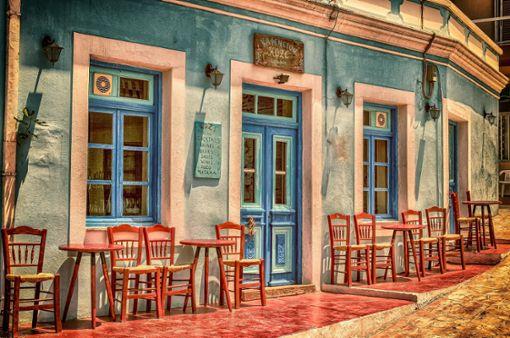 So schön ist es auf Griechenlands berühmter Halbinsel Peloponnes. Eine kleiner Stopp in einem der vielen niedlichen Cafés lohnt sich allemal. Gut gestärkt kann man sich anschließend wieder in den Sattel schwingen.  Foto: Pixabay