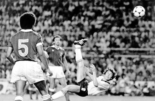 Im Halbfinale der WM 1982 wiederholt Klaus Fischer das Kunststück. Er trifft gegen Frankreich zum 3:3 in der Verlängerung.  Foto: dpa