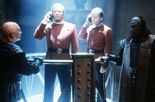 """Szene aus dem Kinofilm """"Star Trek VI: Das unentdeckte Land"""" (1991, von links: Klingonen-General Chang, Captain Kirk,  Dr. McCoy, ein klingonischer Ankläger). Foto: Picture Alliance"""