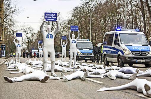Tote durch die Luft am Stuttgarter Neckartor? Das ist die Aussage einer Demonstration der Organisation Greenpeace. Ein Statistik-Experte hält die Aussagen für unhaltbar. Foto: imago