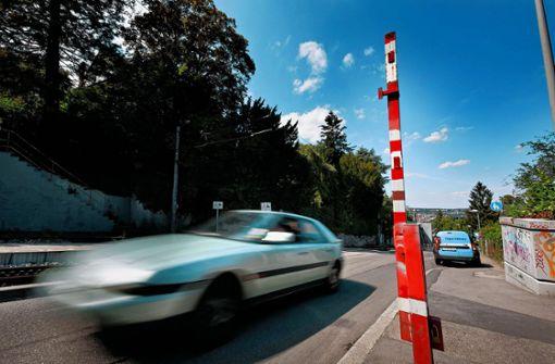 Von 15 bis 19 Uhr ist die Schranke auf der Alten Weinsteige geschlossen – Autos können dennoch passieren. Die Polizei hat nun zahlreiche Autofahrer verwarnt. (Archivfoto) Foto: Heinz Heiss