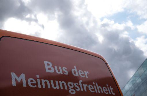 Der Bus der Meinungsfreiheit auf dem auf Schlossplatz Station gemacht. Foto: Lichtgut/Max Kovalenko
