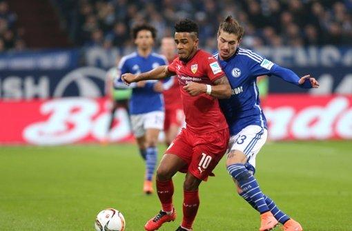 Schwerer Stand auf Schalke: Didavi (li., VfB), Neustädter Foto: Baumann