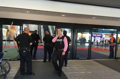 Angreifer sticht Polizist in den Hals