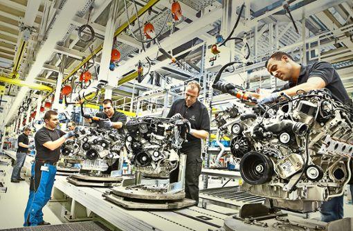 Montage von Benzinmotoren im Mercedes-Benz-Werk Untertürkheim: Die Arbeit der Beschäftigten wird sich durch elektrische Antriebe grundlegend wandeln. Foto: Daimler