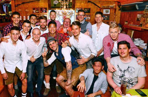 VfB-Spieler feiern Sieg gegen Werder Bremen auf dem Wasen