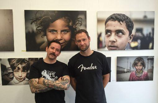 Studiomanager Horst Krick (links) und Fotograf Johannes Müller sind entsetzt über eine mutmaßliche  Spuck-Attacke. Foto: Ina Schäfer