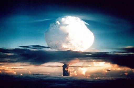 1953 –   zwei vor zwölf  auf der Atomkriegsuhr: Die USA testen am 1. November 1952 eine Wasserstoffbombe.  Foto: dpa