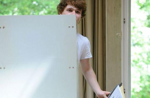Junge Menschen im Südwesten können künftig schon ab dem 16. Geburtstag bei kommunalen Wahlen ihre Stimme abgeben. Der Landtag verabschiedete am Donnerstag ein Gesetz zur Senkung des Wahlalters um zwei Jahre. (Symbolbild) Foto: dpa