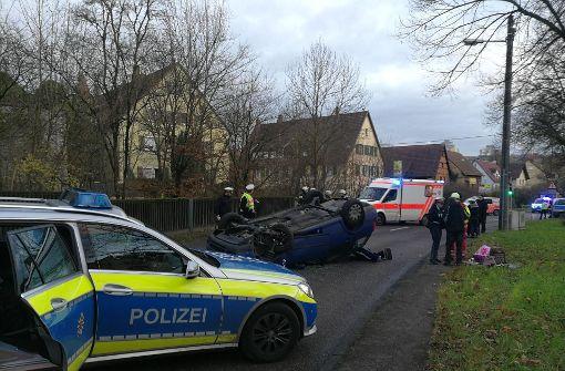 Alle drei Insassen erlitten Verletzungen, Rettungskräfte kümmerten sich um sie und brachten sie in ein Krankenhaus. Foto: 7aktuell.de/Frank Herlinger