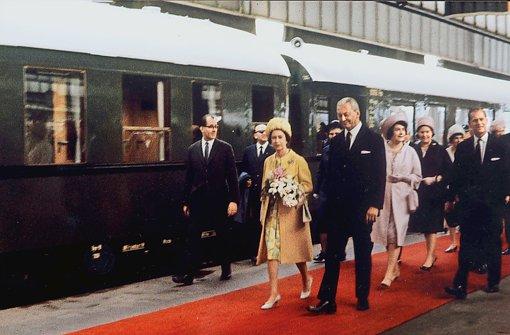 Ministerpräsident Kiesinger holte die Queen 1965 auf dem Bahnhof ab Foto: Stuttgart-Album