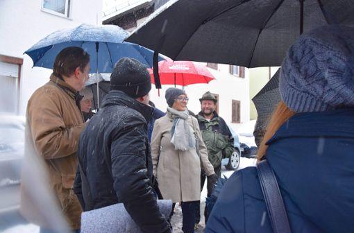 Trotz Schneetreibens ging es mit Bezirksvorsteherin Mina Smakaj, Fachleuten und rund 50 Teilnehmern durch Botnangs Straßen. Foto: Petra Mostbacher-Dix