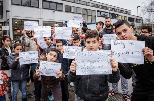 Kinder und Jugendliche protestieren am Dienstag vor einer Turnhalle im Stuttgarter Osten gegen ihre Unterbringung. Mittlerweile ist der Hungerstreik weit gehend beendet Foto: Lichtgut/Jan Potente
