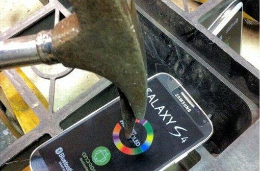 Falsche Samsung-Handys unterm Hammer. Foto: Zoll