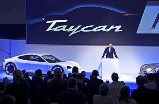 """Der Porsche-Chef Oliver Blume hat am Freitagabend im Porsche-Museum bekanntgegeben, dass der  vor drei Jahren präsentierte Elektro-Stromer mit Arbeitstitel """"Mission E"""" als Taycan 2019 auf den Markt kommt. Foto: Porsche"""