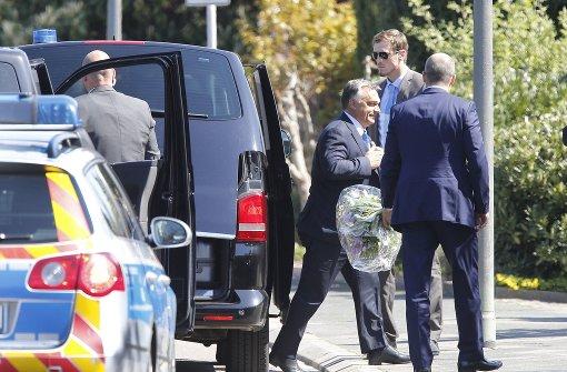 Der ungarische Premier Viktor Orban kommt mit Blumen zu Helmut Kohl. Foto: AP