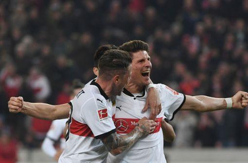 Tor! Mario Gomez hat in der 78. Minute ein Tor gegen Hertha BSC geschossen. Später stellte sich heraus, dass es ein Eigentor von Niklas Stark gewesen ist. Foto: dpa